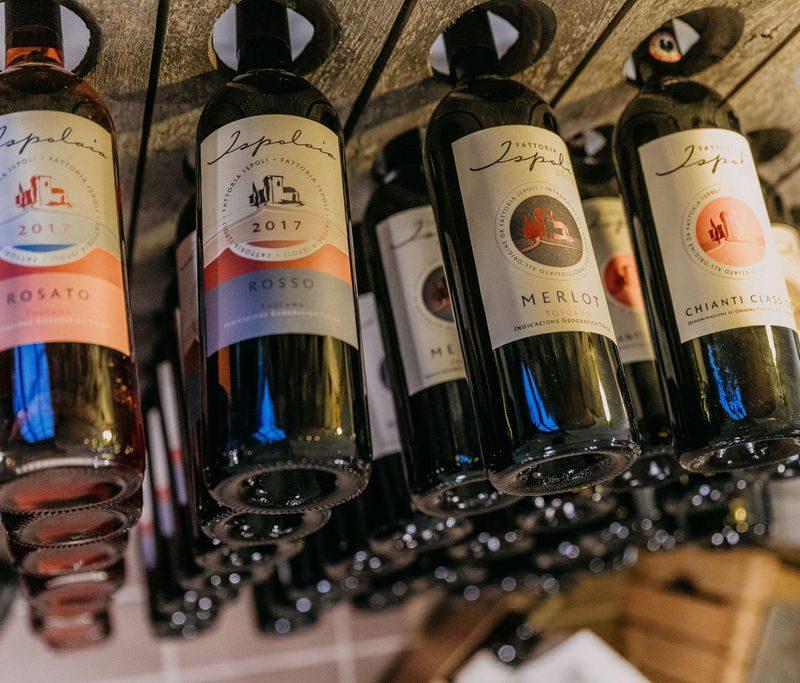 Weinsortiment der Fattoria Ispoli in einem alten Sektrüttler