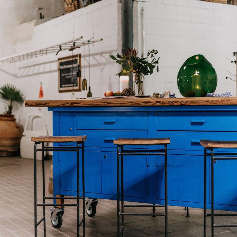 Ispoli & friends Location blaue Theke mit Damigiane